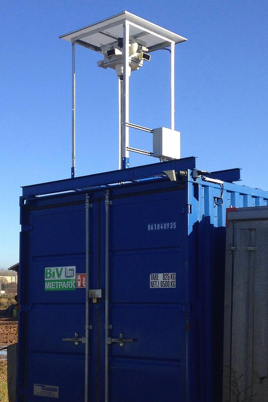 Videokopf, Energiemanagement und Gestänge wurden direkt auf vorhandene Baucontainer montiert.