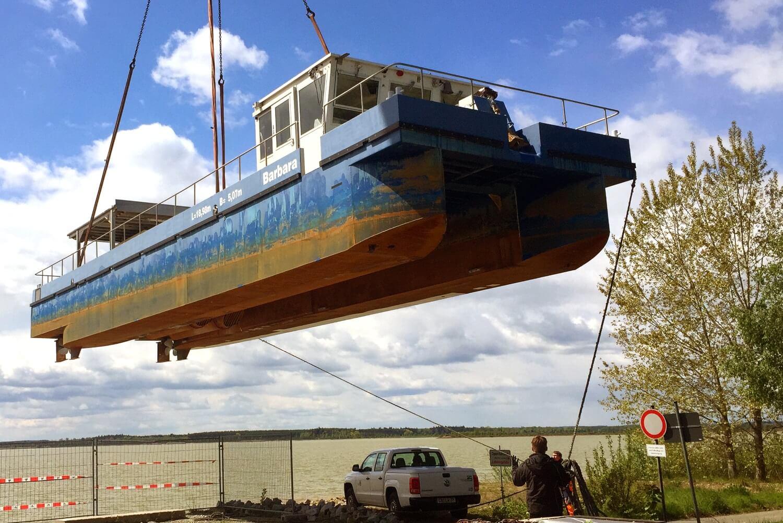 Kalkschiff Barbara sorgt für sauberes Wasser im Schlabendorfer See