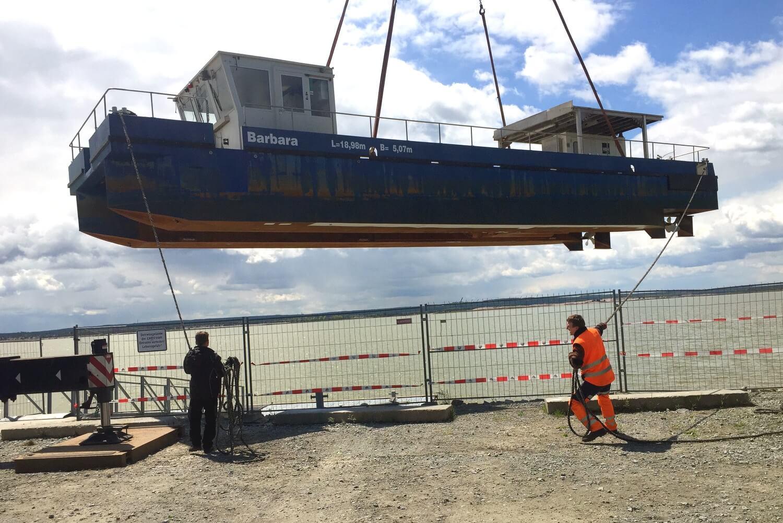 Schlabendorfer See_Das Spezialschiff wird gewassert