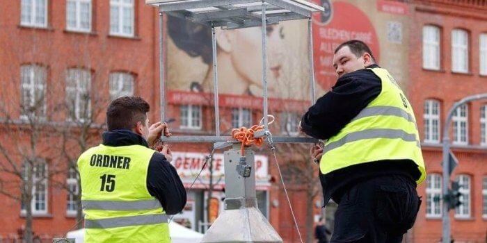 Cottbuser Faschingsumzug 2017 - Aufbau Der WellnerBOX Durch Die Techniker Der SSK Security