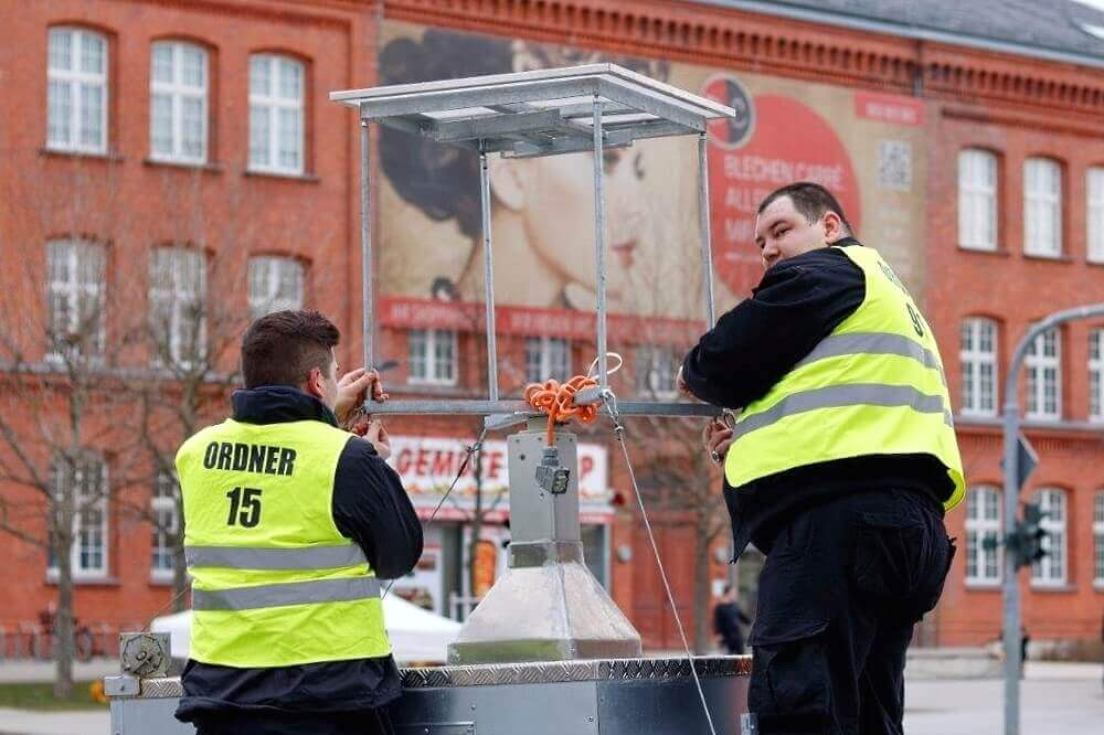 Cottbus carnival parade 2017_The SSK Security technicians build the WellnerBOX