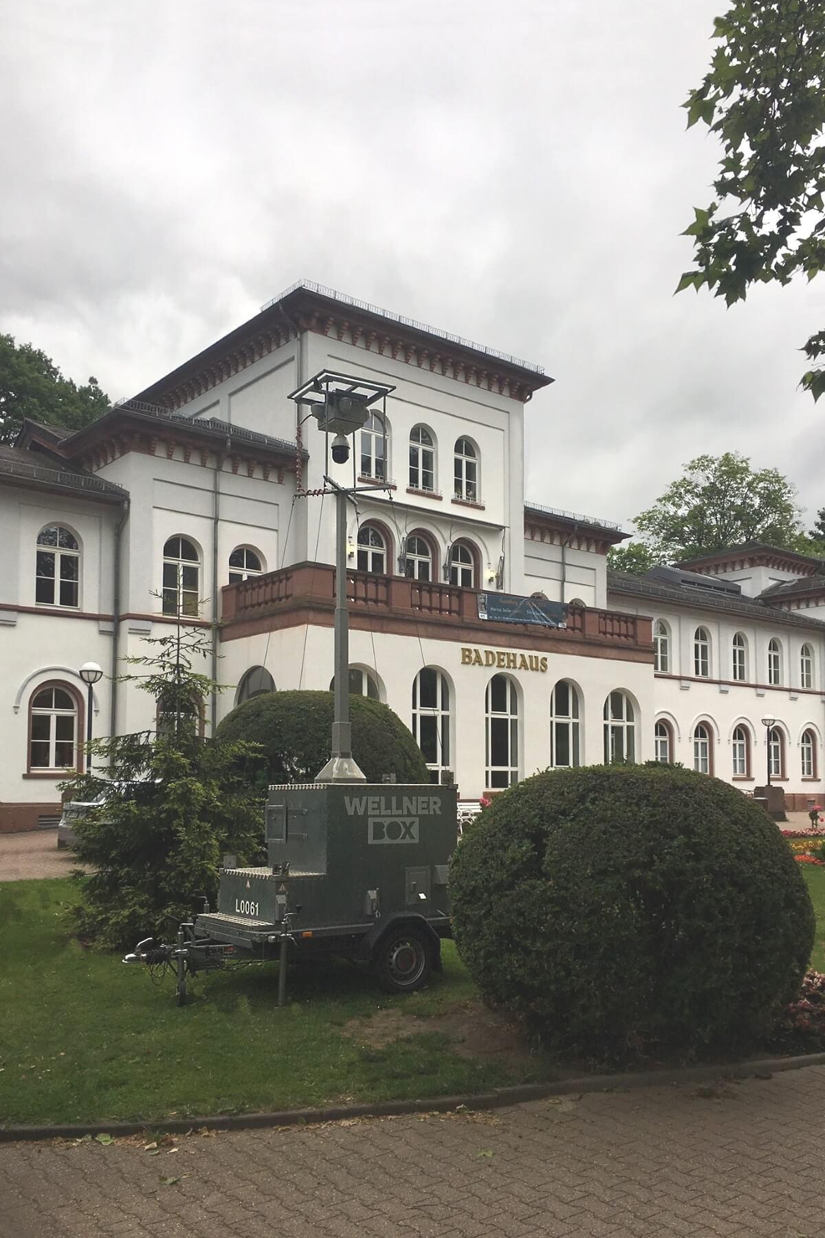 """Eine WellnerBOX """"mobil"""" vor dem historischen Kur- und Badehaus"""
